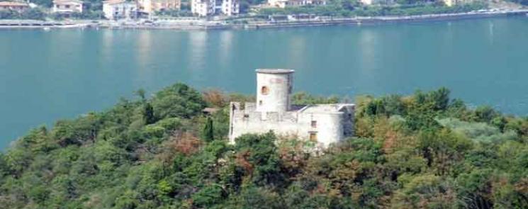 La Rocca Martinengo che sormonta la frazione di Menzino