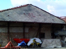 La scritta sulla cascina recita anno e precipitazione nevosa, come fosse l'evento di costruzione